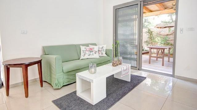 living room  - Garden apartment off Dizengof with parking! - Tel Aviv - rentals