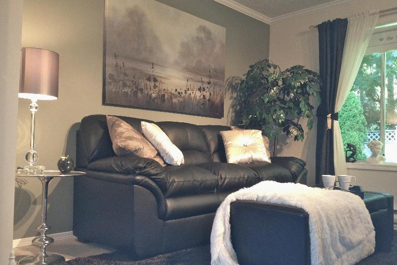 Warm decor, private garden view and dining table round out the living area.  - 2 night min Serene Suite  Hot Tub Nr Ocean/Forest - Victoria - rentals