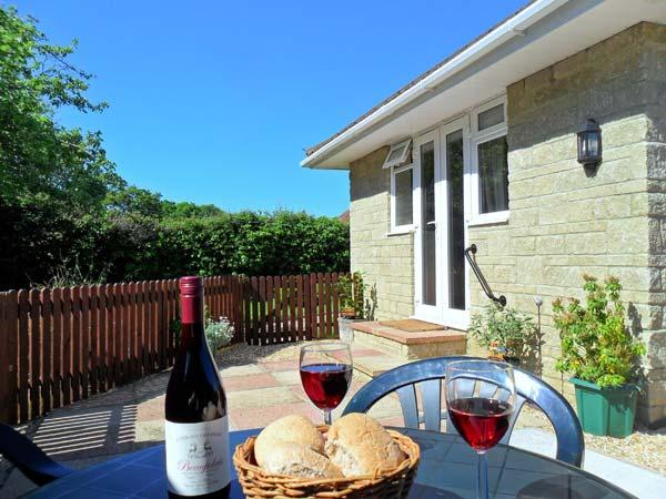 LITTLE SEDGE, romantic holiday cottage, near to beaches, with a garden in Freshwater, Ref 16904 - Image 1 - Freshwater - rentals