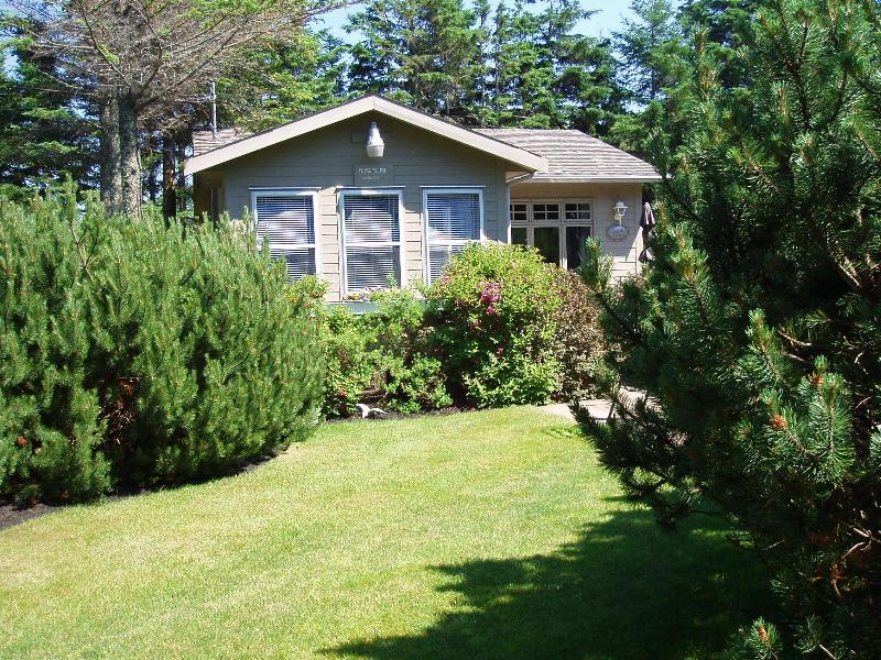 Nestled into beautifully landscaped garden - Seagull Cottage, Stanhope Prince Edward Island - Stanhope - rentals