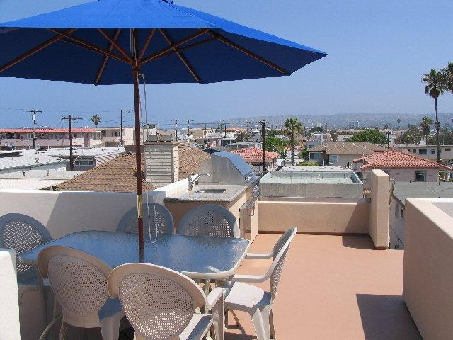 Rooftop Deck - There is a built-in BBQ and sink. Ocean view, bay view, city lights and view of the belmont park roller coaster from the roof top deck. - Jamaica Penthouse - San Diego - rentals