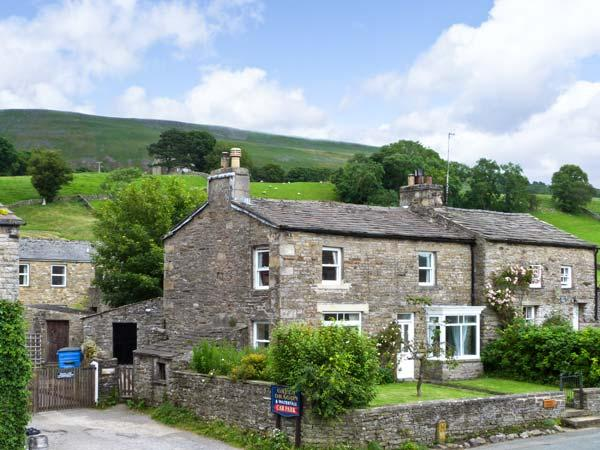 THE HOMESTEAD, cosy cottage, two open fires, paddock, close to walking in Hardraw, Hawes Ref 15222 - Image 1 - Hawes - rentals