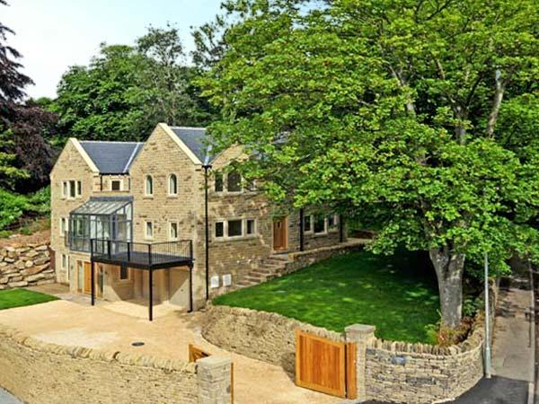 CLOUDS HILL, near Huddersfield, picturesque walks, off road parking and swimming pool, Ref 17756 - Image 1 - Huddersfield - rentals