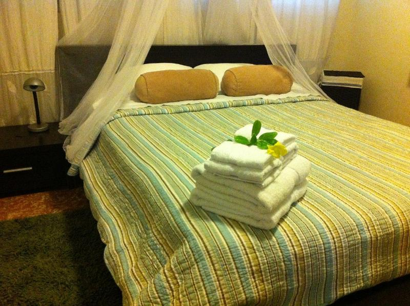 Front bedroom with Queen bed and private bathroom - 3 Bedroom 3 Bath apartment, minutes walk 2 beach - San Juan - rentals