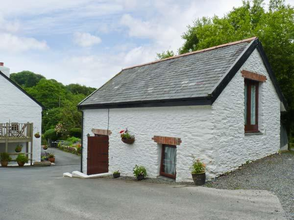 THE BARN - 'upside down' romantic cottage with shared games area, off road parking and lovely views Ref. 17733 - Image 1 - Berrynarbor - rentals
