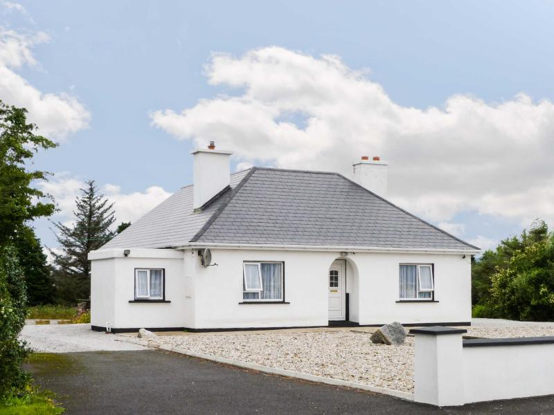 CARNMORE COTTAGE, ground floor cottage with a multi-fuel stove and spacious garden, Ref 16981 - Image 1 - Dungloe - rentals