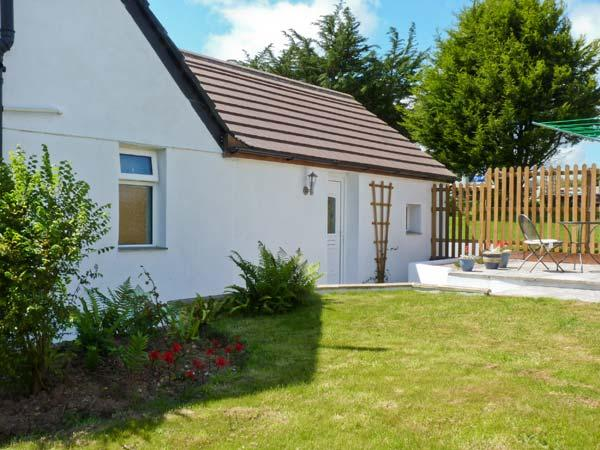 THE BEECH TREE, near beaches, off road parking, with a garden, in Mitchell, Ref 18110 - Image 1 - Mitchell - rentals