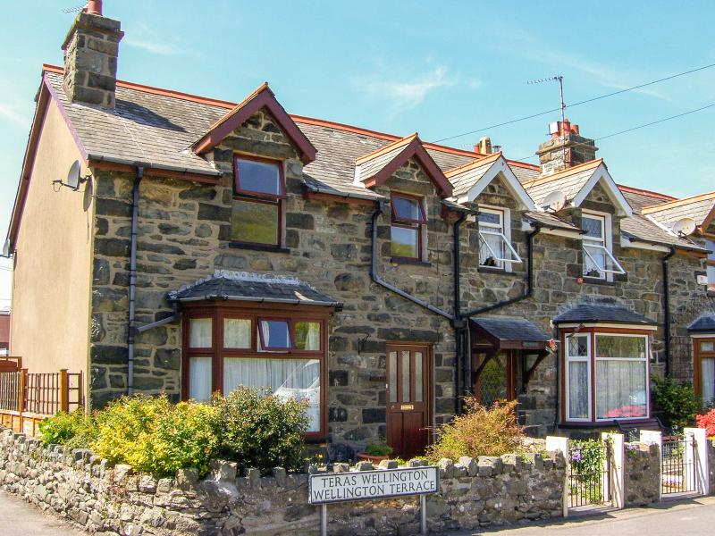 HEULWEN, near scenic walks and sandy beaches, in Barmouth Ref 16295 - Image 1 - Barmouth - rentals