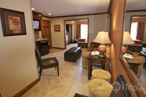 The entranceway and living area in our Westgate 1 Bedroom, 1 Bath Condo in Park City, Utah at Canyons Resort. - Westgate 1 Bedroom Pine Draw A - Park City - rentals