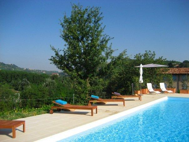 The swimming pool - Chic 2 bed apartment, in Piedmont vineyards, pool - Santo Stefano Belbo - rentals