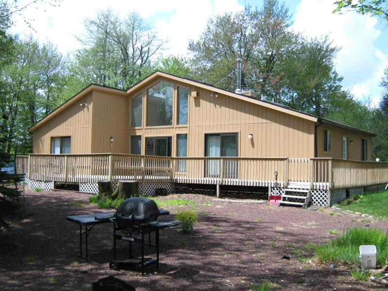 Extra Large Chalet w/Wraparound Deck - Amazing Chalet 7 Mi 2 Casino & Camelback Sleeps 11 - Long Pond - rentals