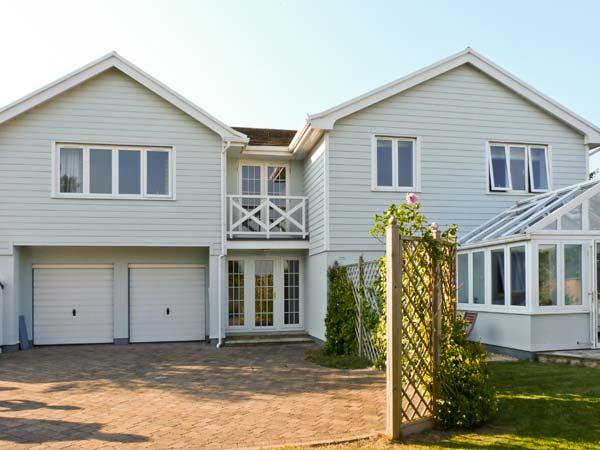 CHARTFIELD, beautiful property, sea views, pet-friendly, Ref. 15493 - Image 1 - Yarmouth - rentals