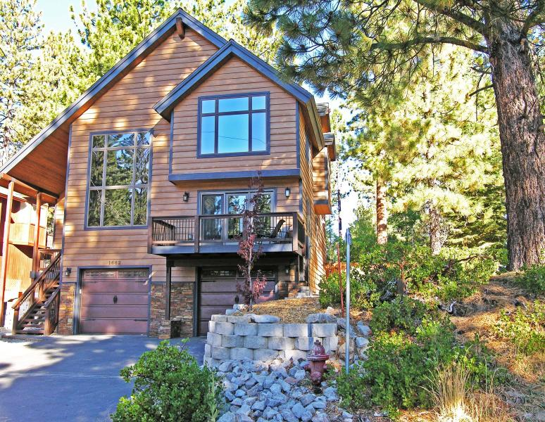 Level driveway, and setting you'll love returning to after you daily excursions - LUXURY w/ DUAL SUITES:3500 Sq-5 Bed/3 Living Areas - South Lake Tahoe - rentals