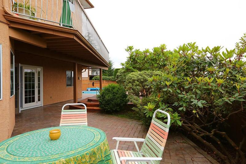private patio with bubbling fountain - Swiss Paradise - Coquitlam - rentals