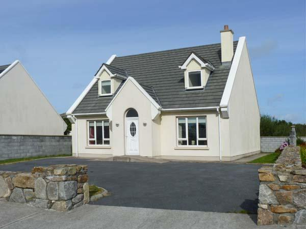 17 BRUACH NA MARA, family-friendly cottage, with open fire, and en-suite bedroom, in Carna Ref 18724 - Image 1 - Carna - rentals