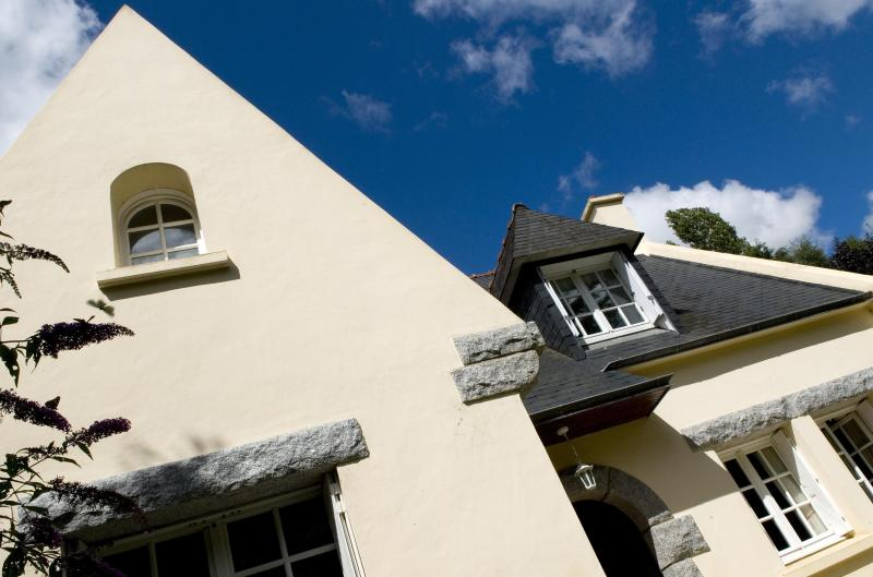 Front angle of the house - Large House & Garden in Carhaix - 20% off ferries - Carhaix-Plouguer - rentals