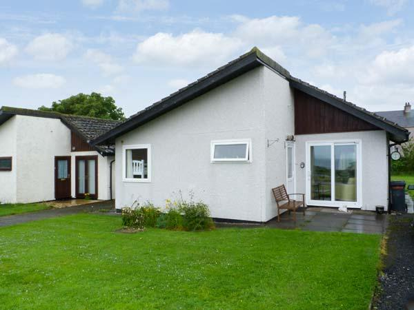 10 LAIGH ISLE - Ground floor cottage near the sea, with good golf, walking and fishing Ref 16972 - Image 1 - Isle Of Whithorn - rentals