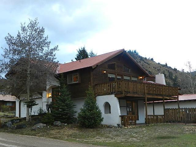 Luxury Chalet with HOT TUB-near river, ponds, ski area! VIEWS! - Image 1 - Red River - rentals