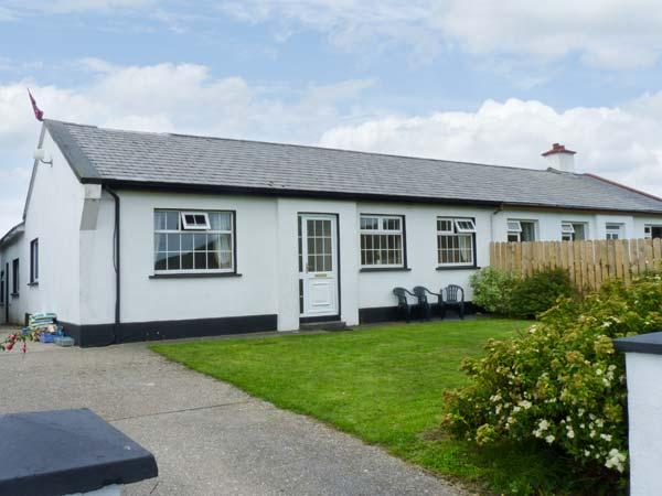 BENVIEW HOUSE, single-storey cottage, with Jacuzzi bath, and private rear patio, in Roundstone, Ref 17712 - Image 1 - Roundstone - rentals