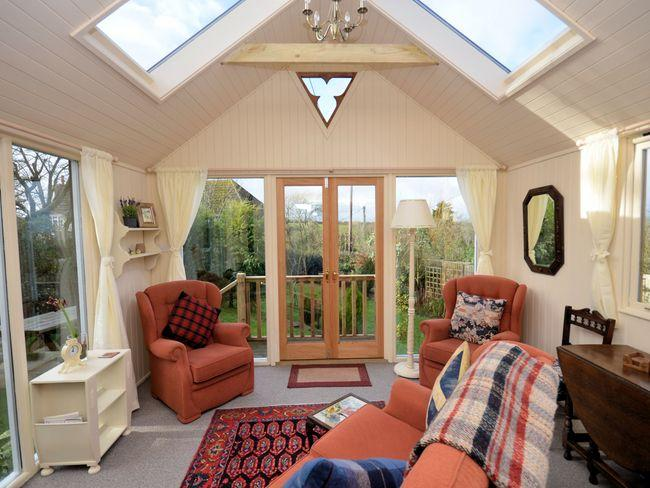 Sun room wih additional seating and view over the garden - HILVI - Swyre - rentals