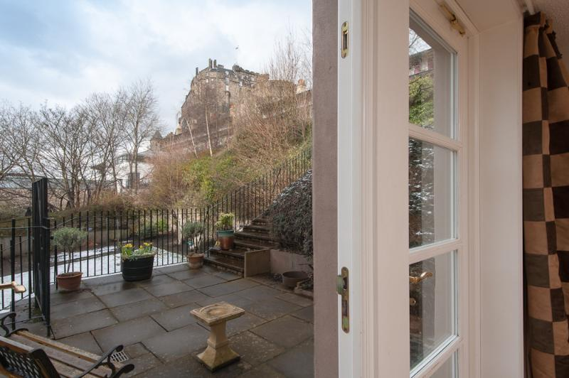 view from lounge patio doors - Castle Wynd , Old Town, 150m to Edinburgh Castle - Edinburgh - rentals