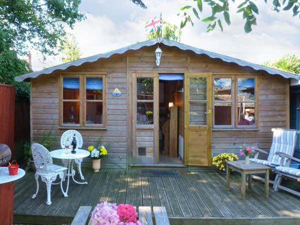 THE CHALET, single storey romantic cottage, deck and patio, close coast in Fishbourne Ref 19315 - Image 1 - Fishbourne - rentals