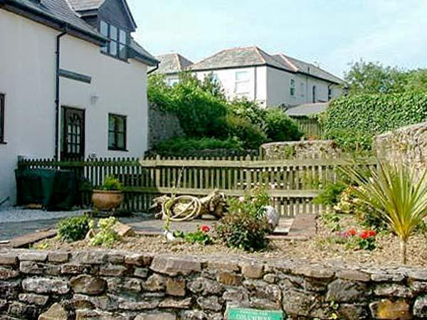 DAIRY COTTAGE upside down accommodation, shared use of swimming pool and games room in Bude Ref 19586 - Image 1 - Bude - rentals