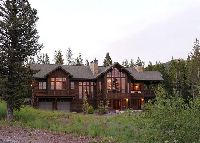 A large home nestled in the trees with amazing views of the Bridger Mountains - Ross Peak Retreat - Glasgow - rentals