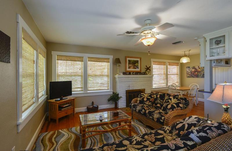 Living area with plentiful light - Gulfport Palm Cottage - Gulfport - rentals