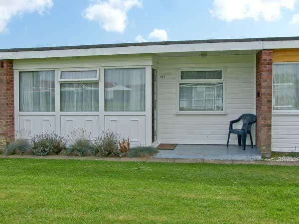 BEACH ROAD CHALET, near beach, shared grounds and swimming pool, in Great Yarmouth, Ref 18705 - Image 1 - Great Yarmouth - rentals