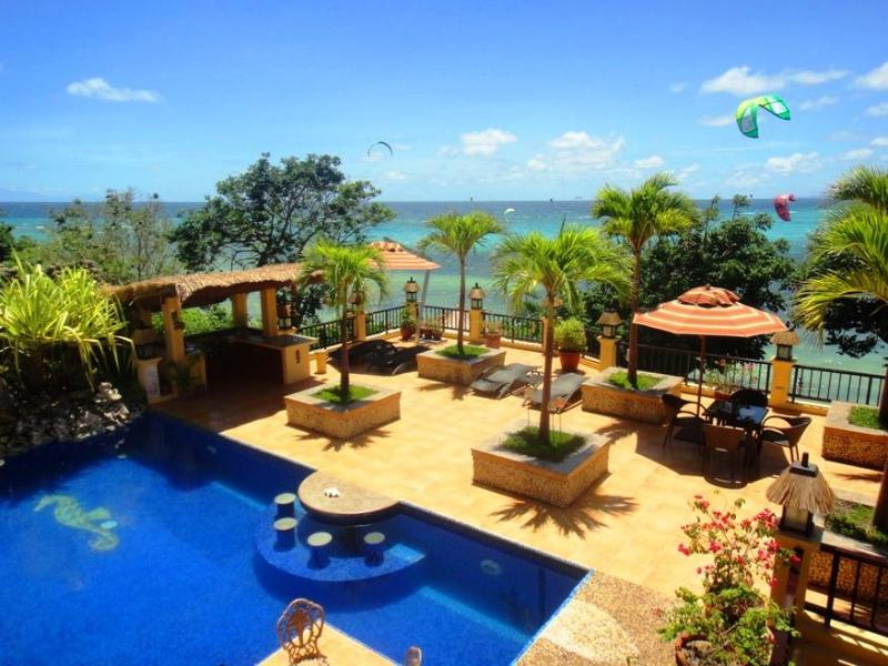 The swimming pool and sun deck with sea view - Boracay Beach front sea-view apartment with  pool - Boracay - rentals