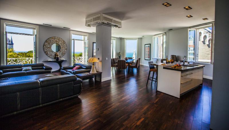 Open plan living area with ocean views - Experience true Luxury in the Heart of Biarritz - Biarritz - rentals