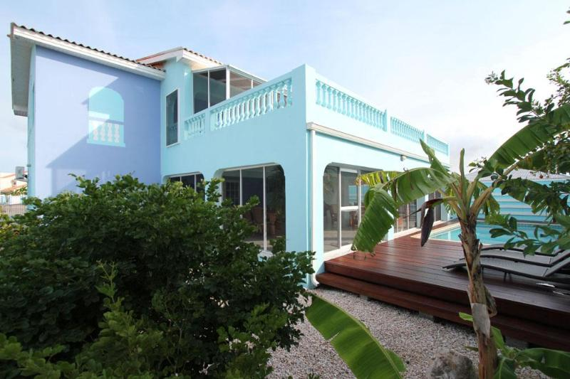 Pool deck and porch bordering on nature area - Family villa with sea view in Sunset Heights - Willemstad - rentals