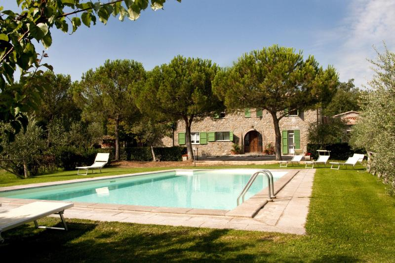 View from pool to house - 6 bedroom villa with swimming pool in Tuscany - Cortona - rentals