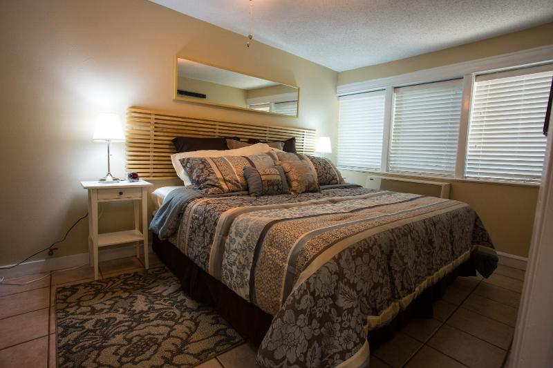 Master bedroom with luxurious king bed - Sweet luxurious home near everything gr8 in Austin - Austin - rentals