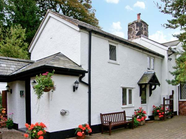THE LITTLE WHITE COTTAGE, cosy cottage, with en-suite bedroom, off road parking, enclosed patio, near Ruthin, Ref 20092 - Image 1 - Ruthin - rentals