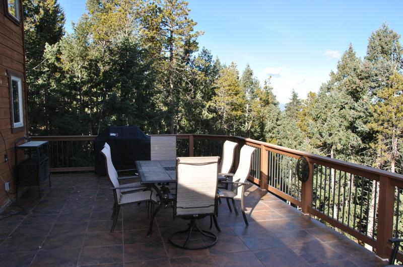 Spacious deck with natural gas grill - Ladybug Lodge, Mountain Home 13 mi from Red Rocks - Morrison - rentals
