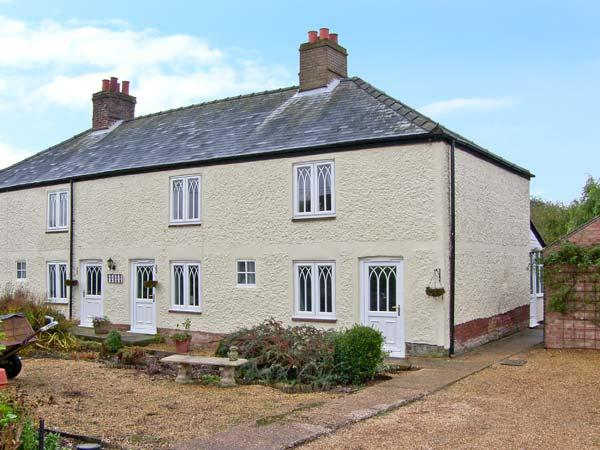 CROSSING ROW COTTAGE, family base, open fire, roll-top bath, enclosed garden, parking, near Downham Market, Ref 19549 - Image 1 - Downham Market - rentals