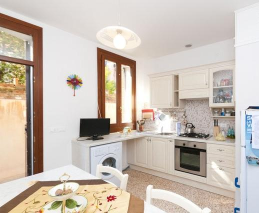 Kitchen with small private court - 3 bedroom, 2 bathrooms flat in the heart of Venice - Venice - rentals