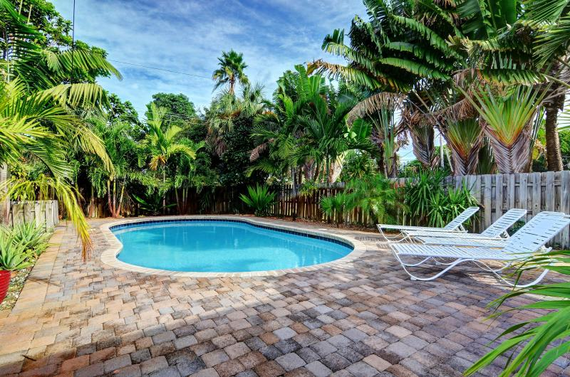 Relax by the pool! - 2 bedroom house with Sleeper Sofa and HUGE POOL - Fort Lauderdale - rentals