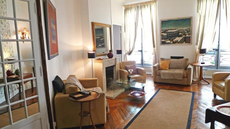 Living-room Much space - 526 Three bedrooms Great Location  Paris Saint Germain des Pres district - Paris - rentals