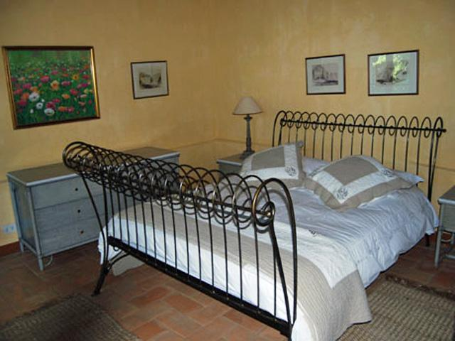 Two steps up from the living area is a large double bedroom with ensuite shower room. - Valdambra - Arcata - Arezzo - rentals