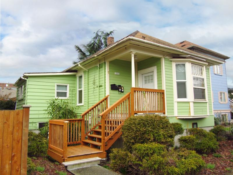 Exterior of House - 7 Min to Seattle's Attractions...Renovated 1 Bedrm - Seattle - rentals