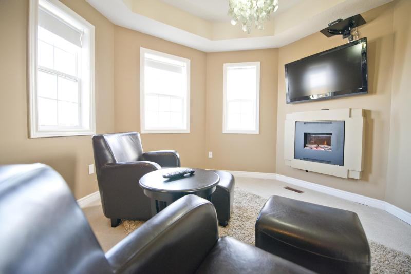 Master Bedroom fireplace and seating area - Niagara on the Green 3 - Niagara-on-the-Lake - rentals