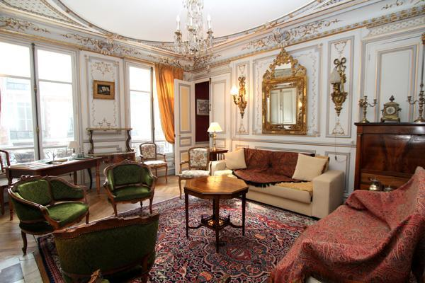 The living room, with a double sofa bed - Ornate 5-bedroom in 8th arrondissement, sleeps 12 - 8th Arrondissement Élysée - rentals