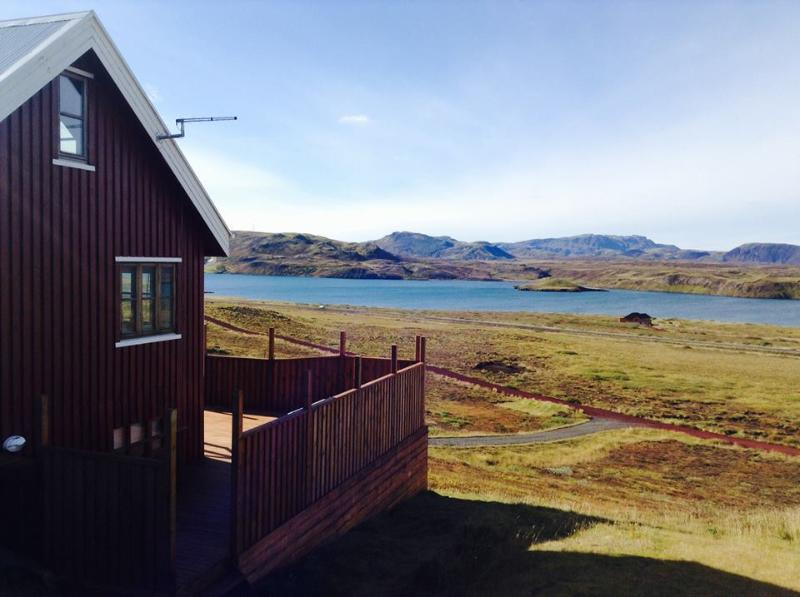 The house and the 100 square meters deck overlooking the lake and the mountains. - House by lake úlfljótsvatn,at the Golden circle - Selfoss - rentals