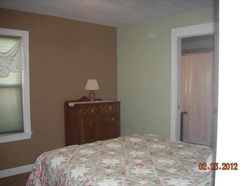 bedroom with queen bed - THE 420 HOUSE - Red Lodge - rentals
