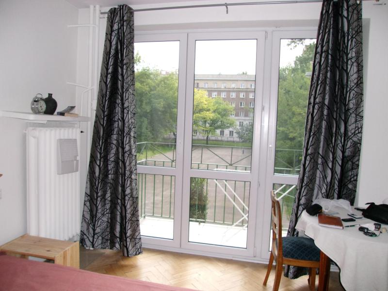 Bedroom with large window & balcony - Peaceful Gem in the Heart of Warsaw - Warsaw - rentals