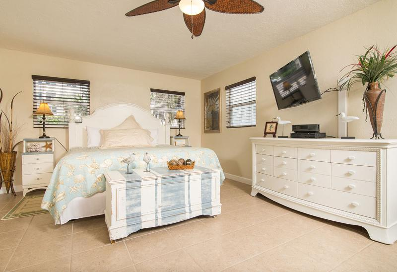 King Bed & HDTV - GulfSideSuite at 30 seconds Walk to the Beach. WOW! - Clearwater Beach - rentals
