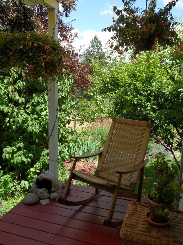 While away the days in one of the many outdoor seating areas - Vintage Farmhouse, Cottage & Tipi - July/Aug dates avail - Ashland - rentals